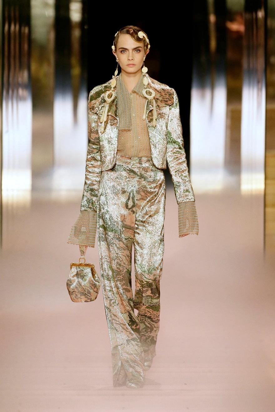 Το μοντέλο και ηθοποιός Κάρα Ντελεβίν στην πασαρέλα του Fendi