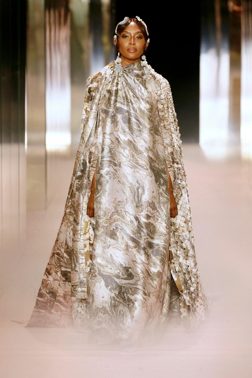 Το μοντέλο Ναόμι Κάμπελ στην πασαρέλα του Fendi