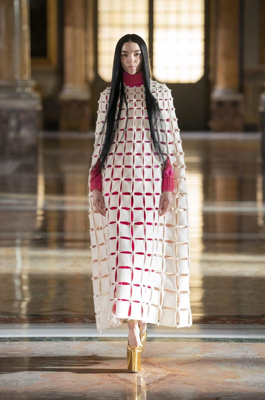 Μοντέλο στην πασαρέλα του Valentino