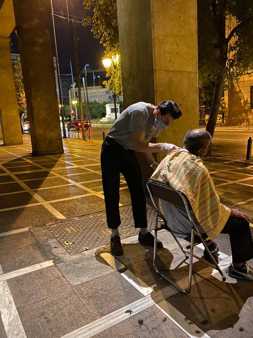 Κουρέας περιποιείται άστεγους