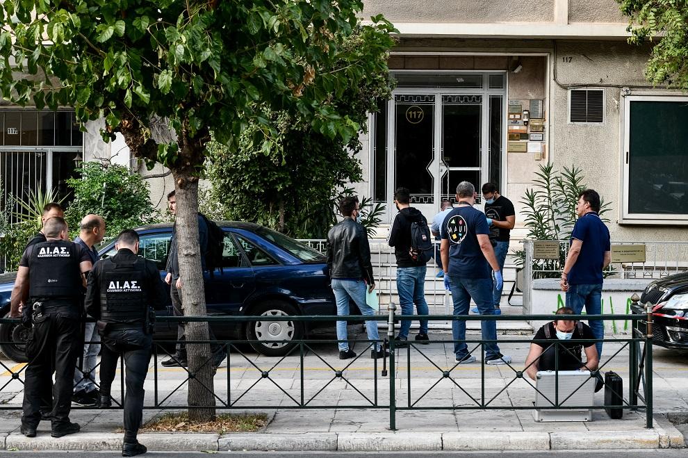 Αστυνομικοί στο σημείο όπου έπεσαν πυροβολισμοί στη λεωφόρο Αλεξάνδρας