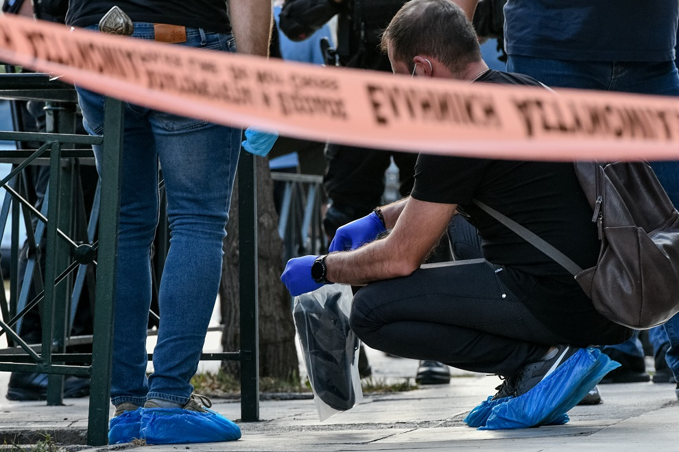 Πυροβολισμοί στη Λεωφόρο Αλεξάνδρας - Αστυνομικός βάζει σε σακούλα παπούτσι