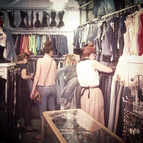 bc567f360a96 Το Kilo Shop δίνει ρούχα σε πολλά θέατρα, μεταξύ αυτών και στο Εθνικό, αλλά  και σε όλα τα μαγαζιά της Ηφαίστου. Α και είναι και απ' τα αγαπημένα των ...