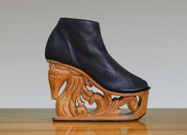 Τα παπούτσια είναι ξύλινες πλατφόρμες που απεικονίζουν περίτεχνα σχέδια με  δράκους 085de4a22f3