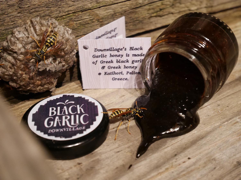 Μεγάλο μαύρο πουλί καυτή σάλτσα