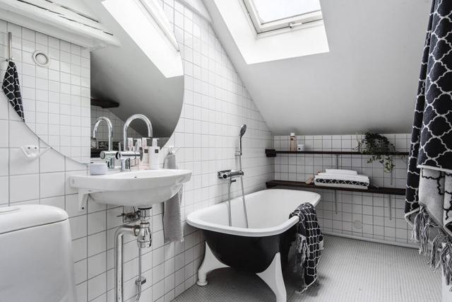 Το λευκό του μπάνιου σπάει από μικρές μαύρες πινελιές. Λειτουργεί το ίδιο ωραία και αντίστροφα (μαύρα πλακάκια, λευκά είδη υγιεινής)