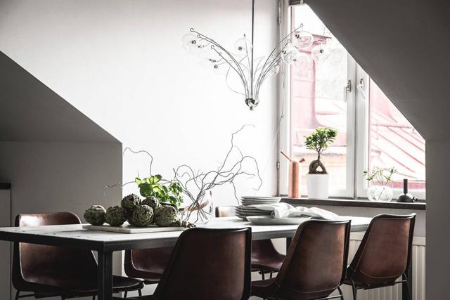 Τοποθέτησε το τραπέζι κάτω από ένα μεγάλο παράθυρο. Είναι σημαντικό να έχουμε άπλετο φυσικό φως στην τραπεζαρία.