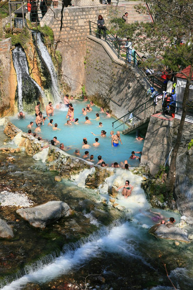 4edaa768fa Η VΟGUE προτείνει βόρεια Ελλάδα για τις ομορφότερες διακοπές ...