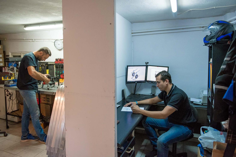 1a922ed6a120 Ο Έλληνας κτηνίατρος που κατασκευάζει αναπηρικά αμαξίδια για ...