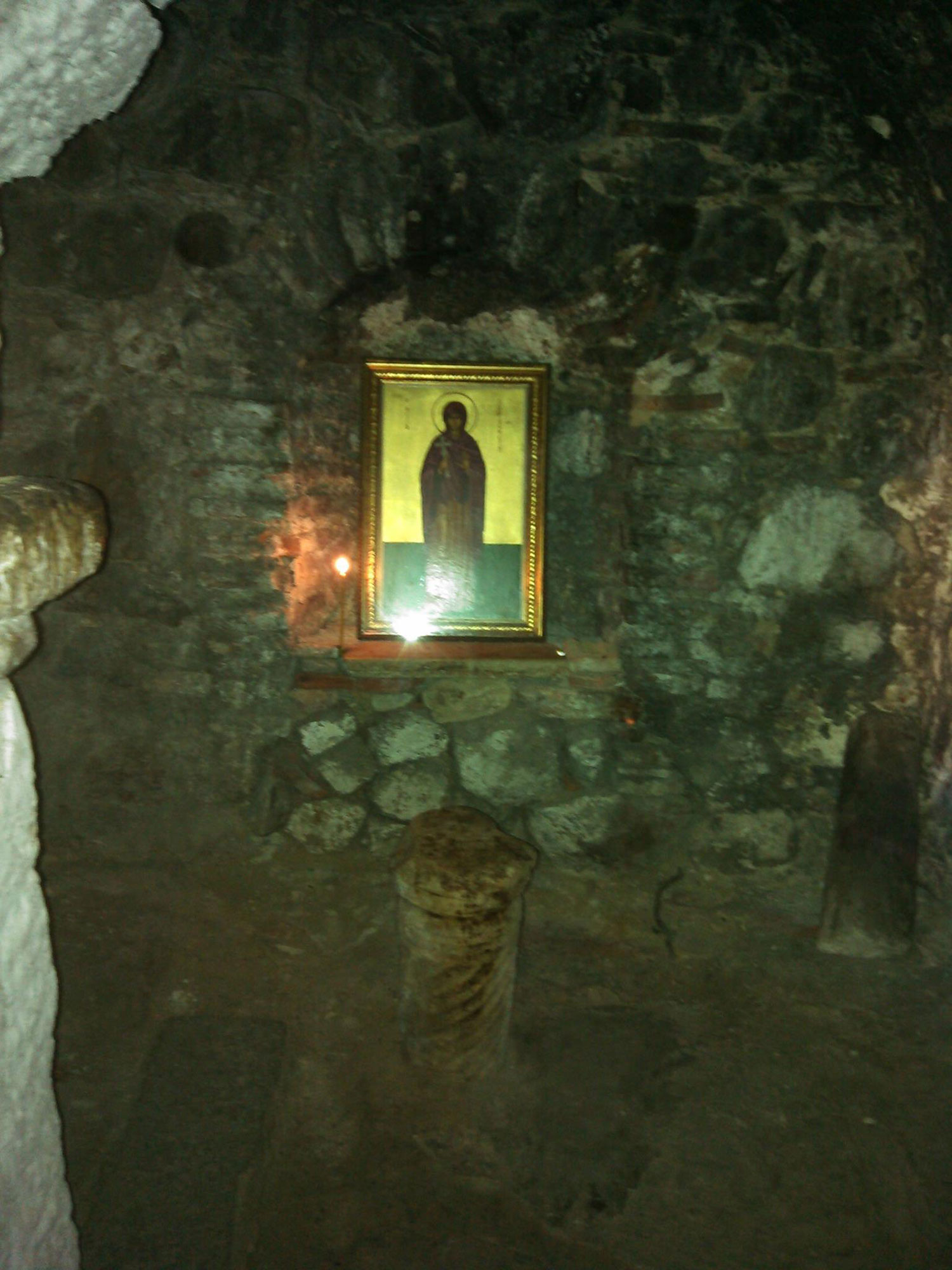 Παρεκκλήσι Αγίας Παρασκευής σε κοίλωμα στη νότια πλευρά του ναού της Μεταμόρφωσης του Σωτήρος