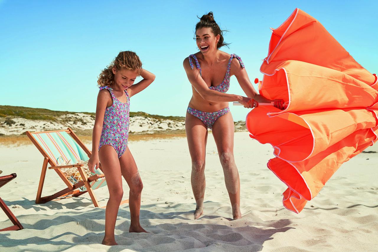 H Calzedonia συμπεριλαμβάνει ακόμη μία φορά στην Beachwear Collection, τα mini-me σχέδια που απευθύνονται σε όλη την οικογένεια