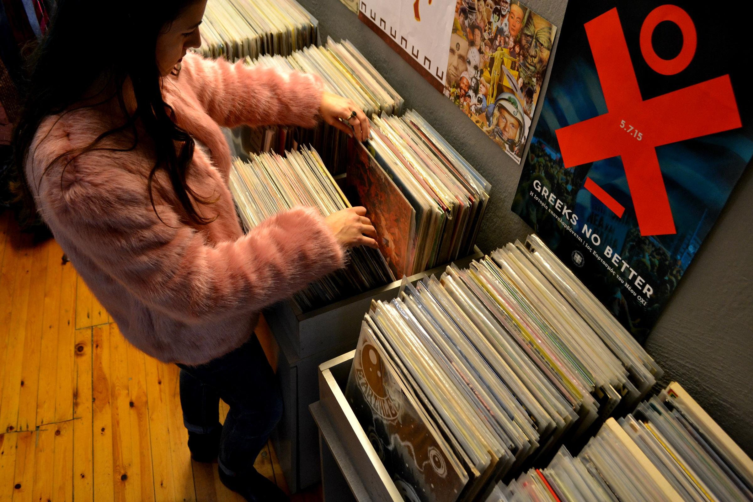 0a8a705fbe58 Και επειδή όλοι εδώ είμαστε λίγο vinyl junkies, έχε υπόψη ότι στο Handover  τα ρούχα συνυπάρχουν με τους δίσκους και η συλλογή των εκατοντάδων βινυλίων  ...