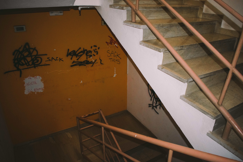 Οι σκοτεινές σκάλες της φοιτητικής εστίας