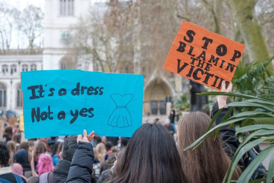 Πλακάτ με συνθήματα υπέρ των γυναικών