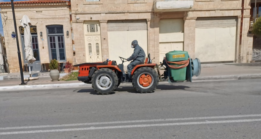 Όχημα του δήμου Αίγινας ψεκάζει τους κεντρικούς δρόμους για απολύμανση
