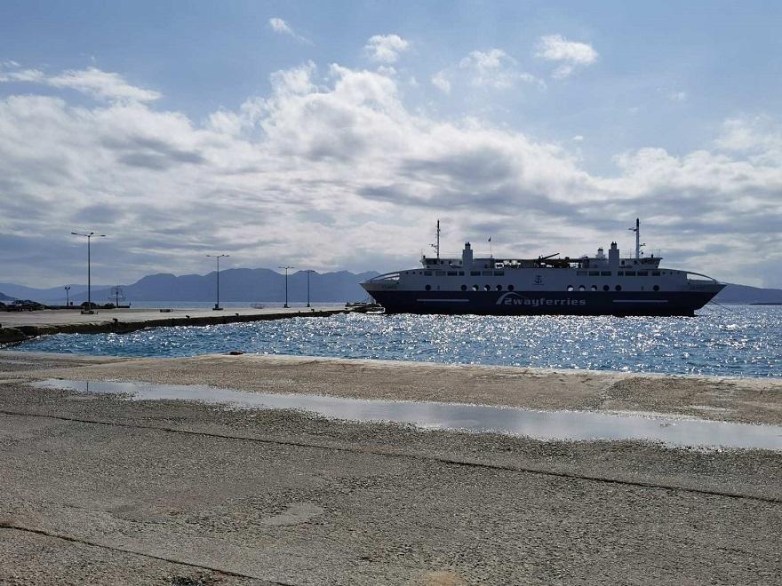 Το λιμάνι της Αίγινας με ένα δεμένο πλοίο της γραμμής