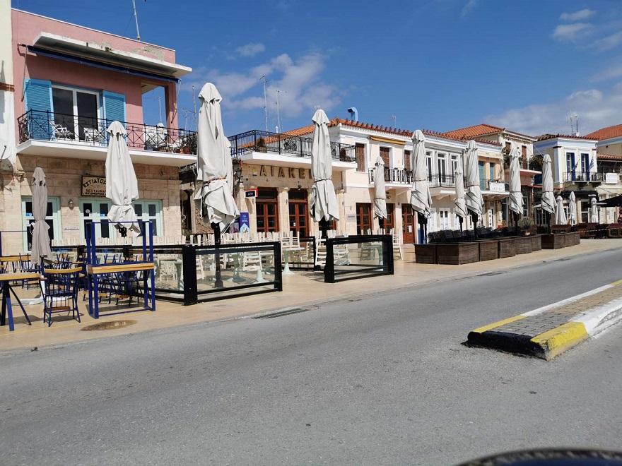 Παραλία Αίγινας με άδεια καταστήματα λόγω κορωνοϊού