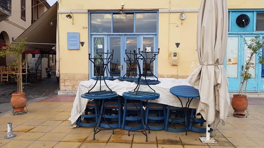 Κλειστά καταστήματα στην παραλία της Αίγινας μετά από απόφαση της κυβέρνησης
