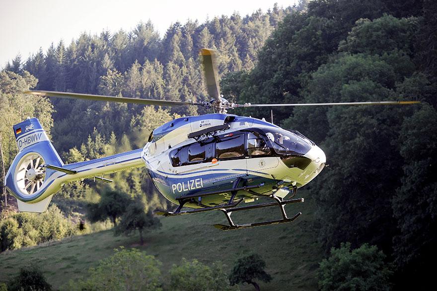Ελικόπτερο της γερμανικής αστυνομίας πετά πάνω από τον «Μέλανα Δρυμό», όπου κρύβεται επικίνδυνος ένοπλος