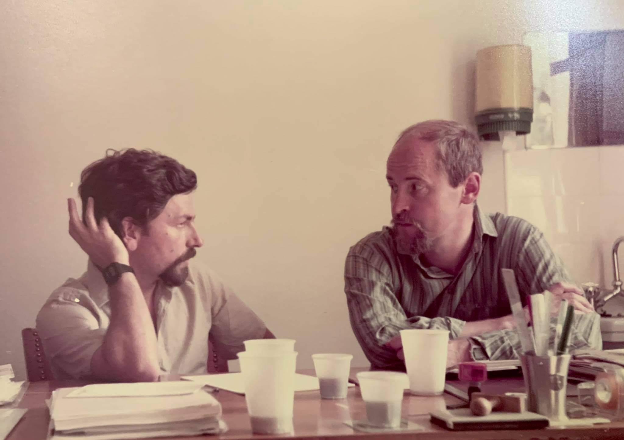 Γιώργος Τόλης (αριστερά) με τον Γερμανό συνάδελφο του Lundecke. Επιστημονική συνεργασία με αντικείμενο Συνέδριο για την αυξητική ορμόνη (1984)
