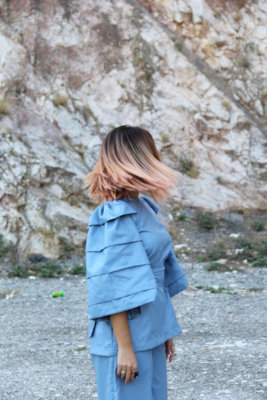 Κοπέλα με γυρισμένο κεφάλι και μαλλιά που «πετάνε» με την κίνηση