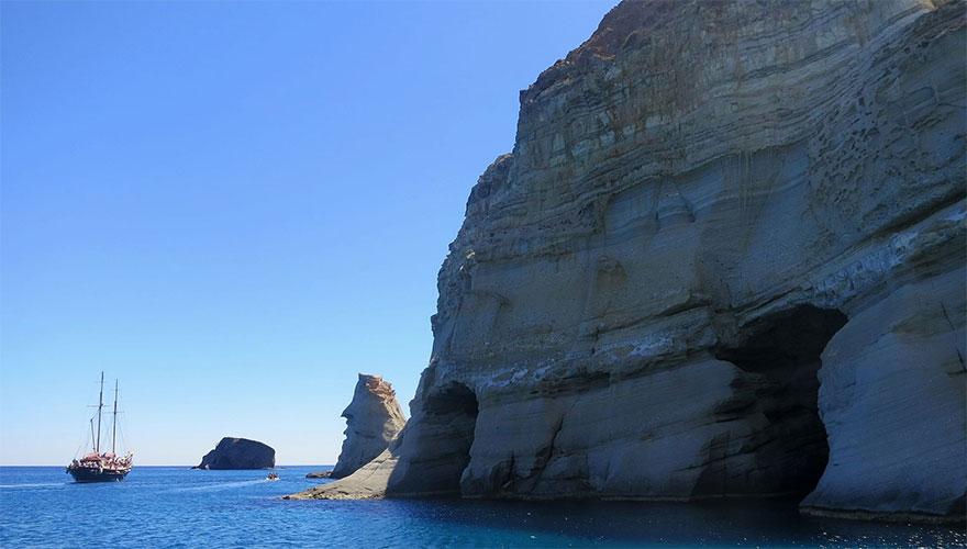 TripAdvisor: Το Κλέφτικο, το «κόσμημα» της Μήλου, μάγεψε τους επισκέπτες και βρίσκεται στη 2η θέση της λίστας με τις 10 ωραιότερες παραλίες της Ευρώπης