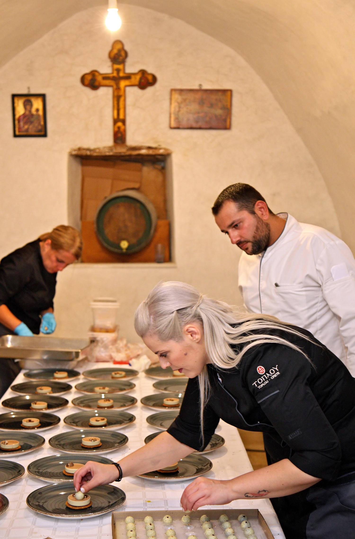 Η Κωνσταντίνα φροντίζει τις τελευταίες λεπτομέρειες στα πιάτα του δείπνου που απολαύσαμε στη Μονή Τοπλού