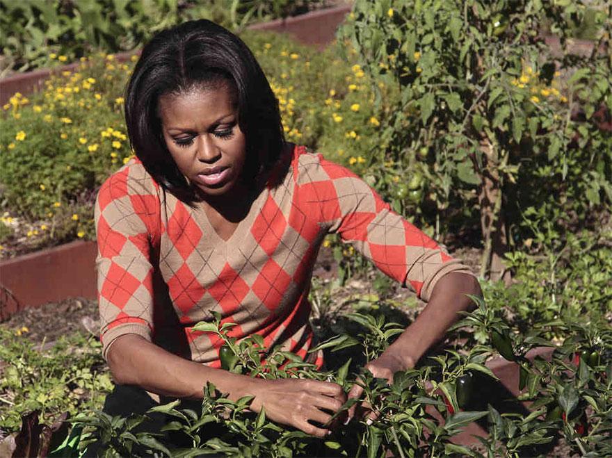 Η Μισέλ Ομπάμα στον κήπο με τα λαχανικά που δημιούργησε στον Λευκό Οίκο