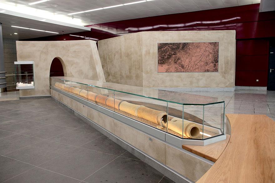 Ο νέος σταθμός του μετρό στην Αγία Βαρβάρα έχει και προθήκες με αρχαιολογικά εκθέματα