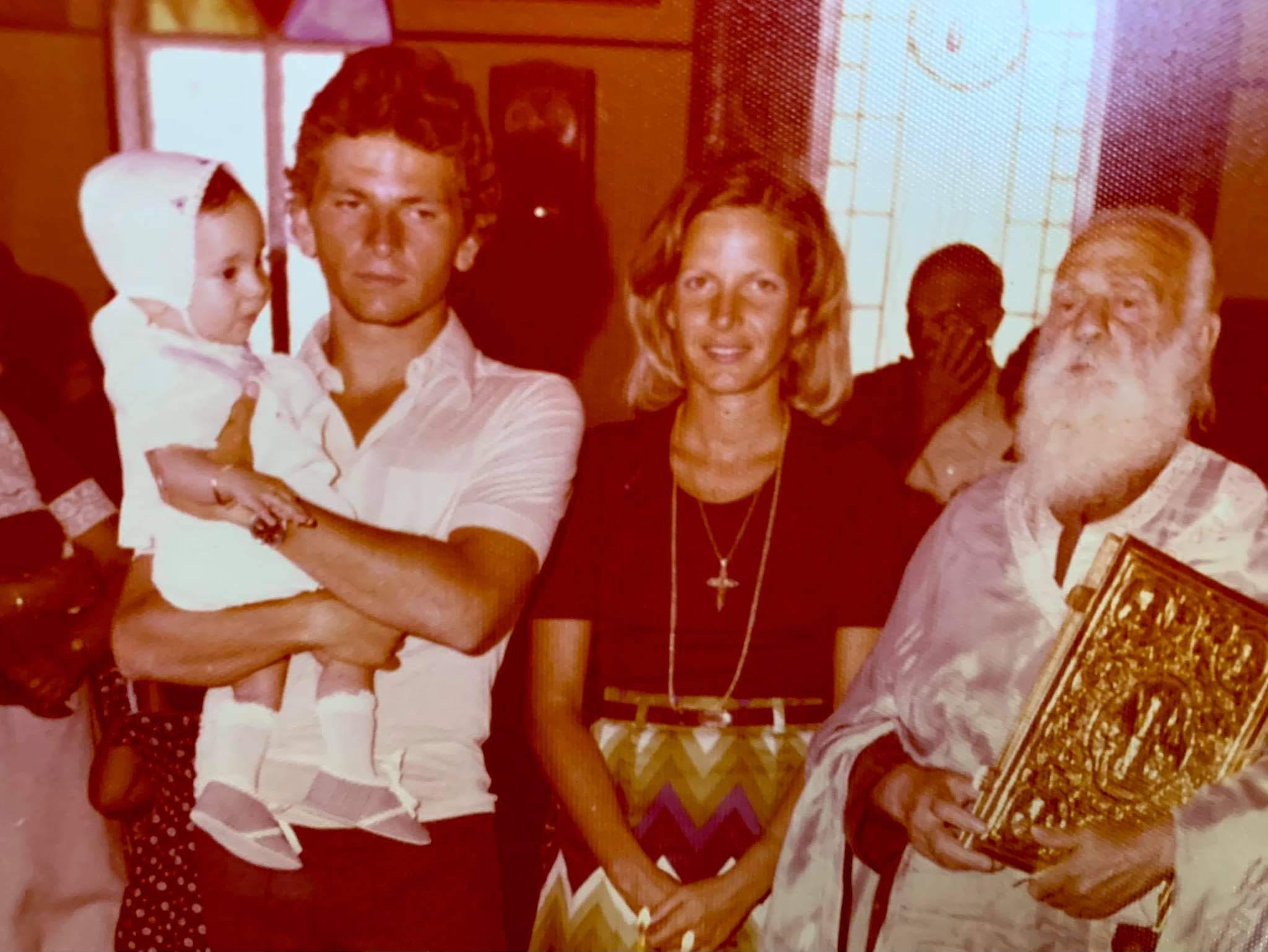 Ο αδελφός του γιατρού Γιώργου Τόλη, Μιχαήλ Μαρμαρινός και η αδελφή του Ρένα Τόλη στην βάπτιση του γιου του Γιάννη Τόλη (1976)