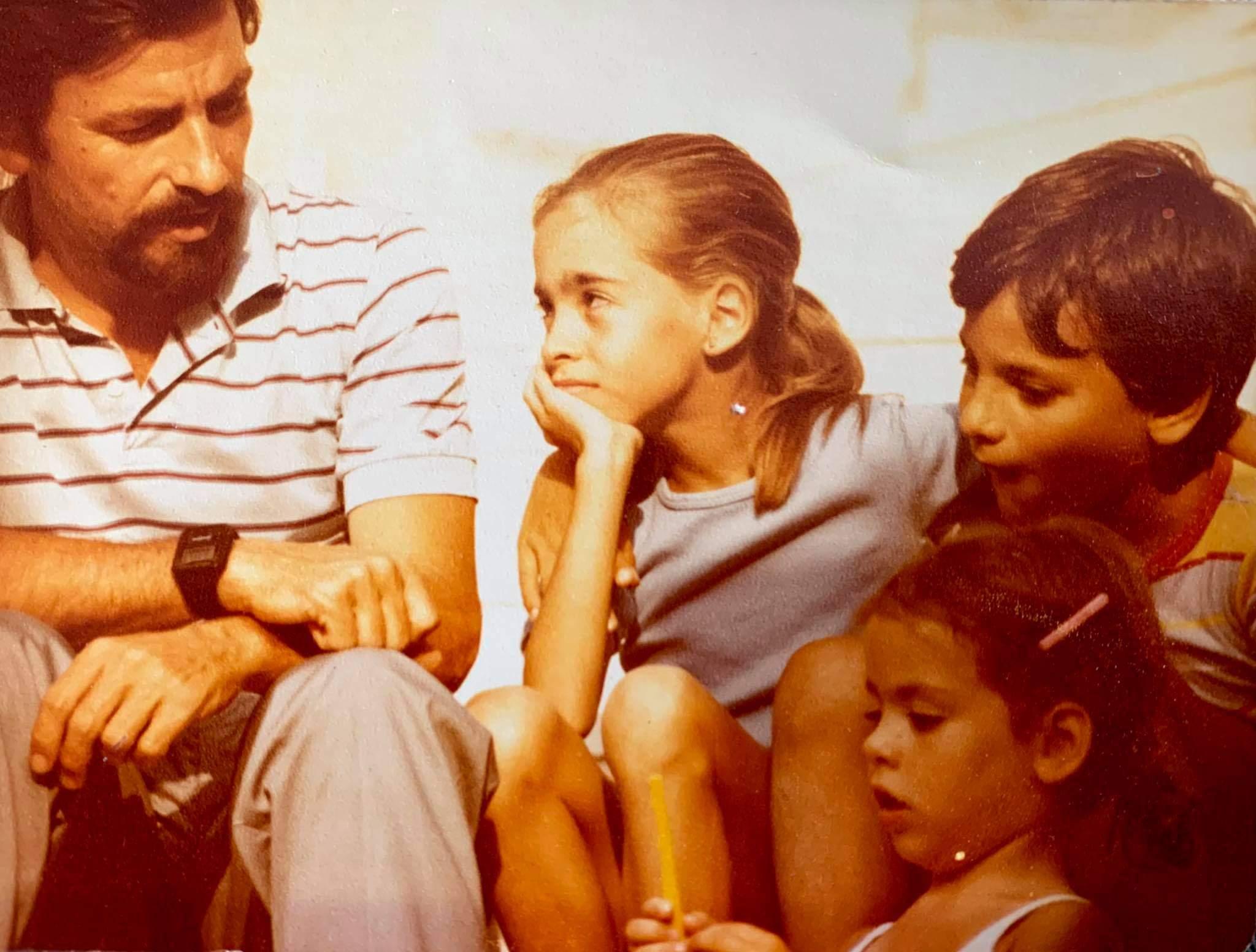 Ο Γιώργος Τόλης με τα τρία παιδιά του Αλεξία, Γιάννη και Δάφνη στην Αίγινα όπου γεννήθηκε.