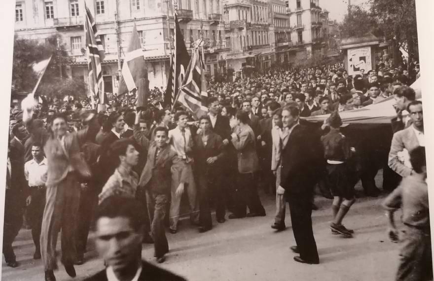 Πανηγυρισμοί στην πλ. Συντάγματος, στη συμβολή με την Ερμού, για την απελευθέρωση της Αθήνας από τη γερμανική Κατοχή (12/10/1944)