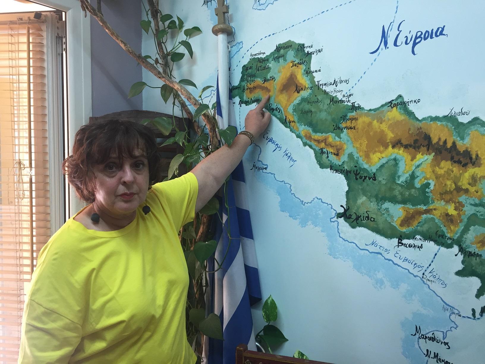 Η Πάρη Ντελκή δείχνει στον χάρτη τις διαδρομές της φωτιάς.