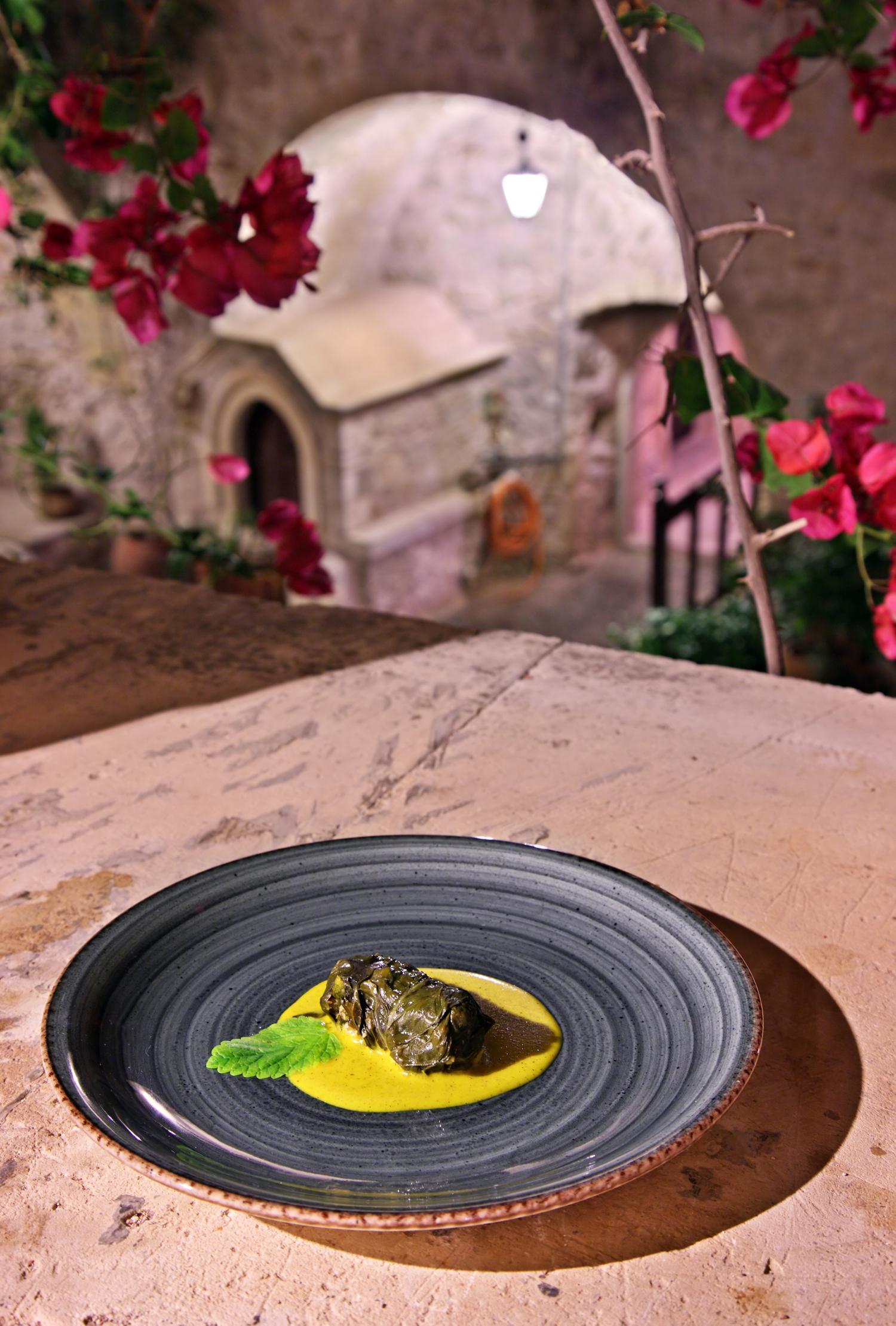 Ντολμάς σφυρίδας τυλιγμένος σε αγιοσέσκουλο, με σάλτσα μελισσόχορτου στον ταβά