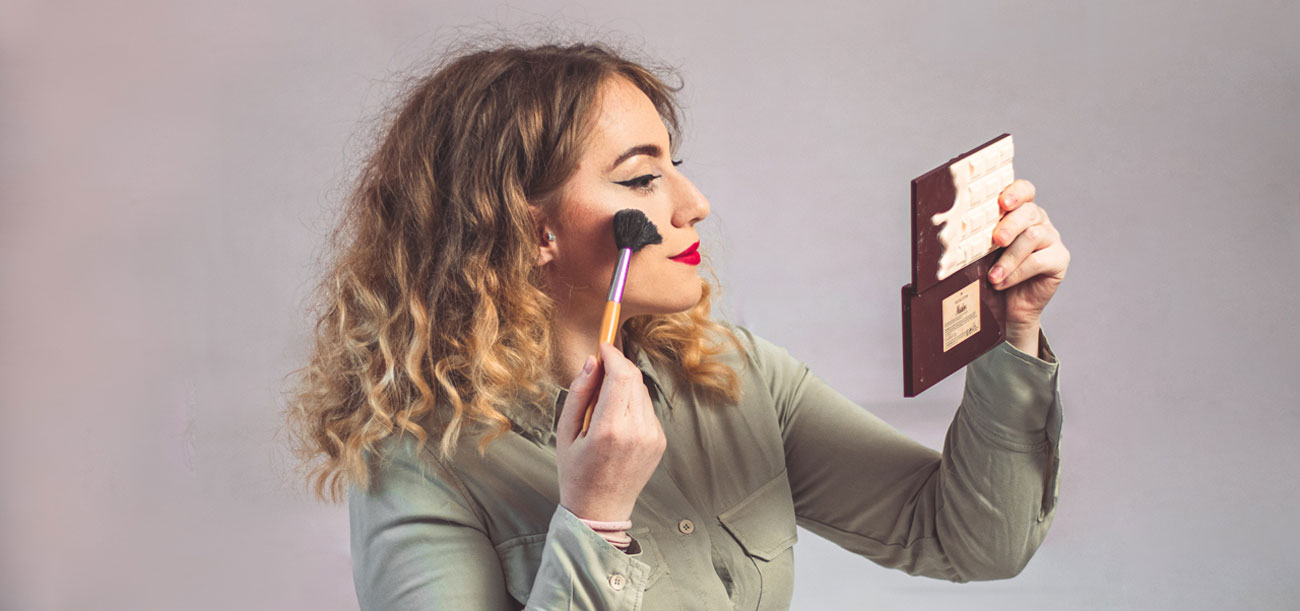 Γυναίκα βάζει ρουζ στο πρόσωπο