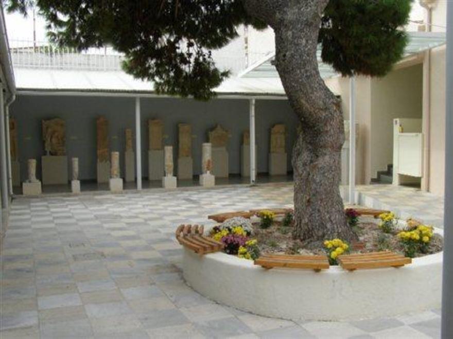 Το αίθριο στο Αρχαιολογικό Μουσείο Σαλαμίνας