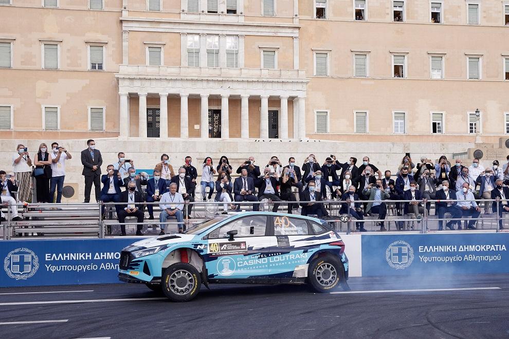 Αγωνιστικό αυτοκίνητο έξω από τη Βουλή κατά τη διάρκεια του ΕΚΟ ΡΑΛΛΥ ΑΚΡΟΠΟΛΙΣ 2021