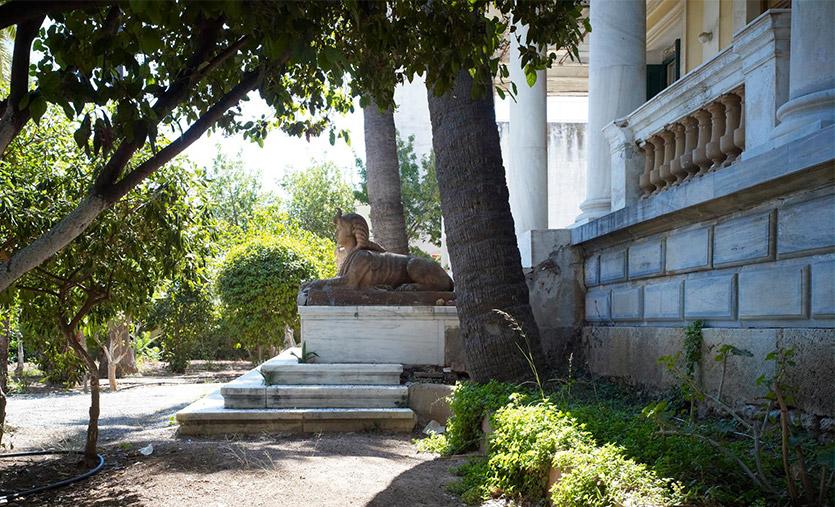 Στο ύψος του τρίτου σκαλοπατιού, δεξιά και αριστερά, στέκονται δύο αιγυπτιακές σφίγγες