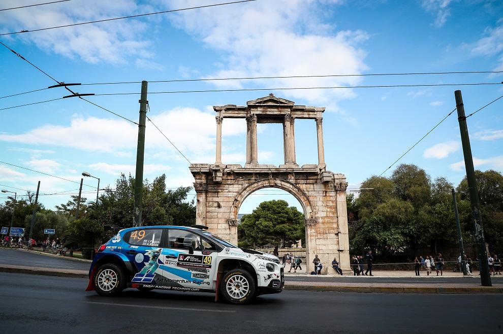 Εικόνα αγωνιστικού αυτοκινήτου από το ΕΚΟ ΡΑΛΛΥ ΑΚΡΟΠΟΛΙΣ 2021 στις στήλες Ολυμπίου Διός