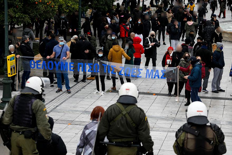 Σύνταγμα: Αρνητές της μάσκας και διαδηλωτές κατά του lockdown απέναντι στις δυνάμεις της Αστυνομίας