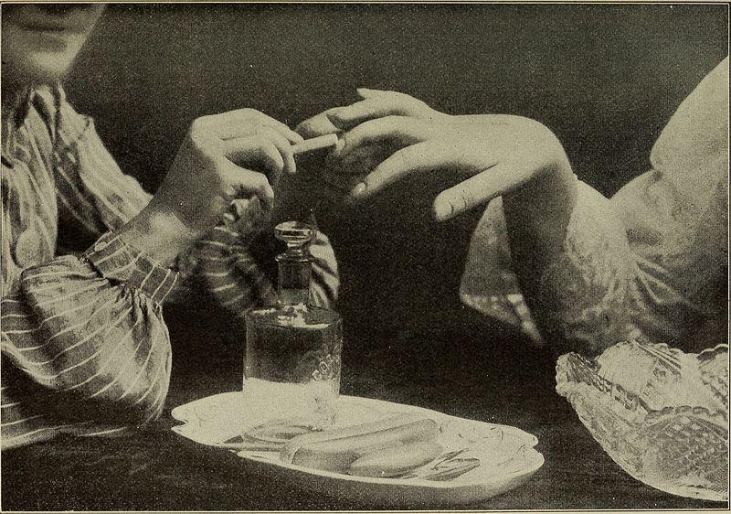 Παλιά φωτογραφία που δείχνει διαδικασία μανικιούρ
