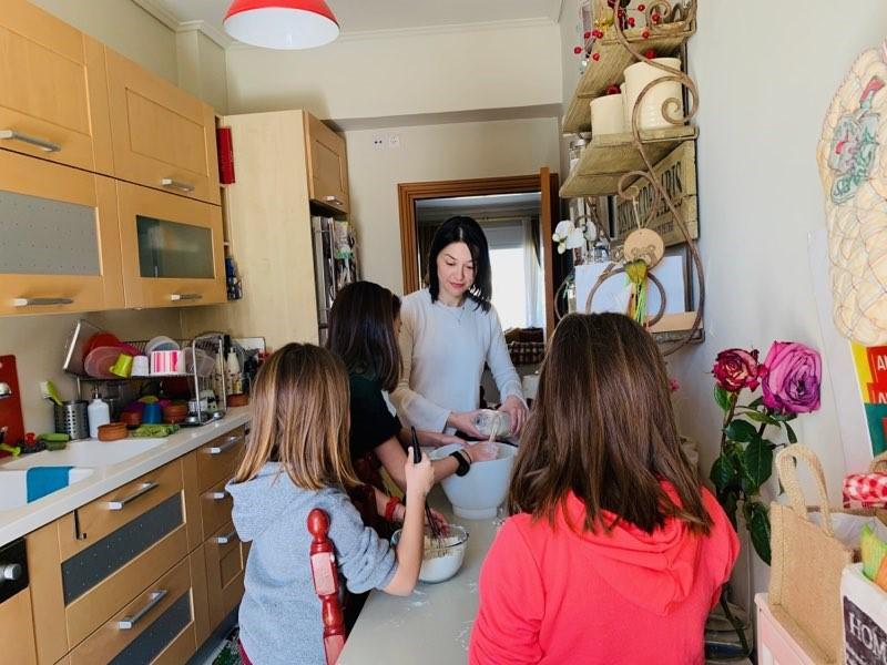 Η Νάντια Γιαννακοπούλου και οι κόρες της μαγειρεύουν