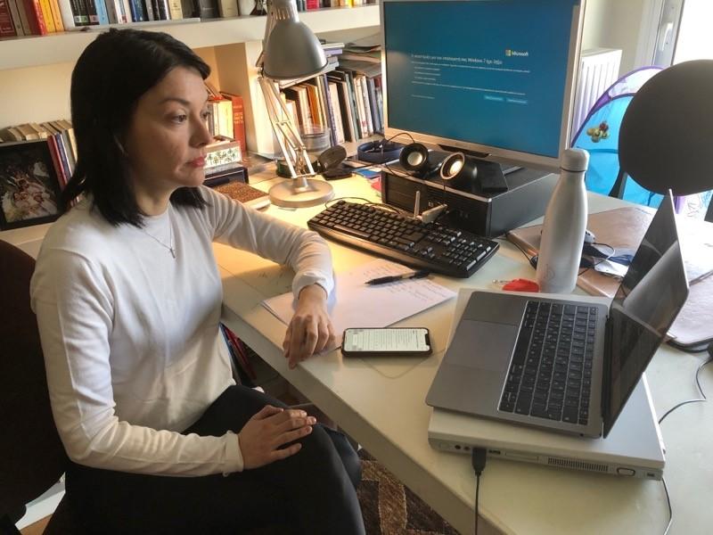 Η Νάντια Γιαννακοπούλου εργάζεται στο σπίτι μέσω υπολογιστή