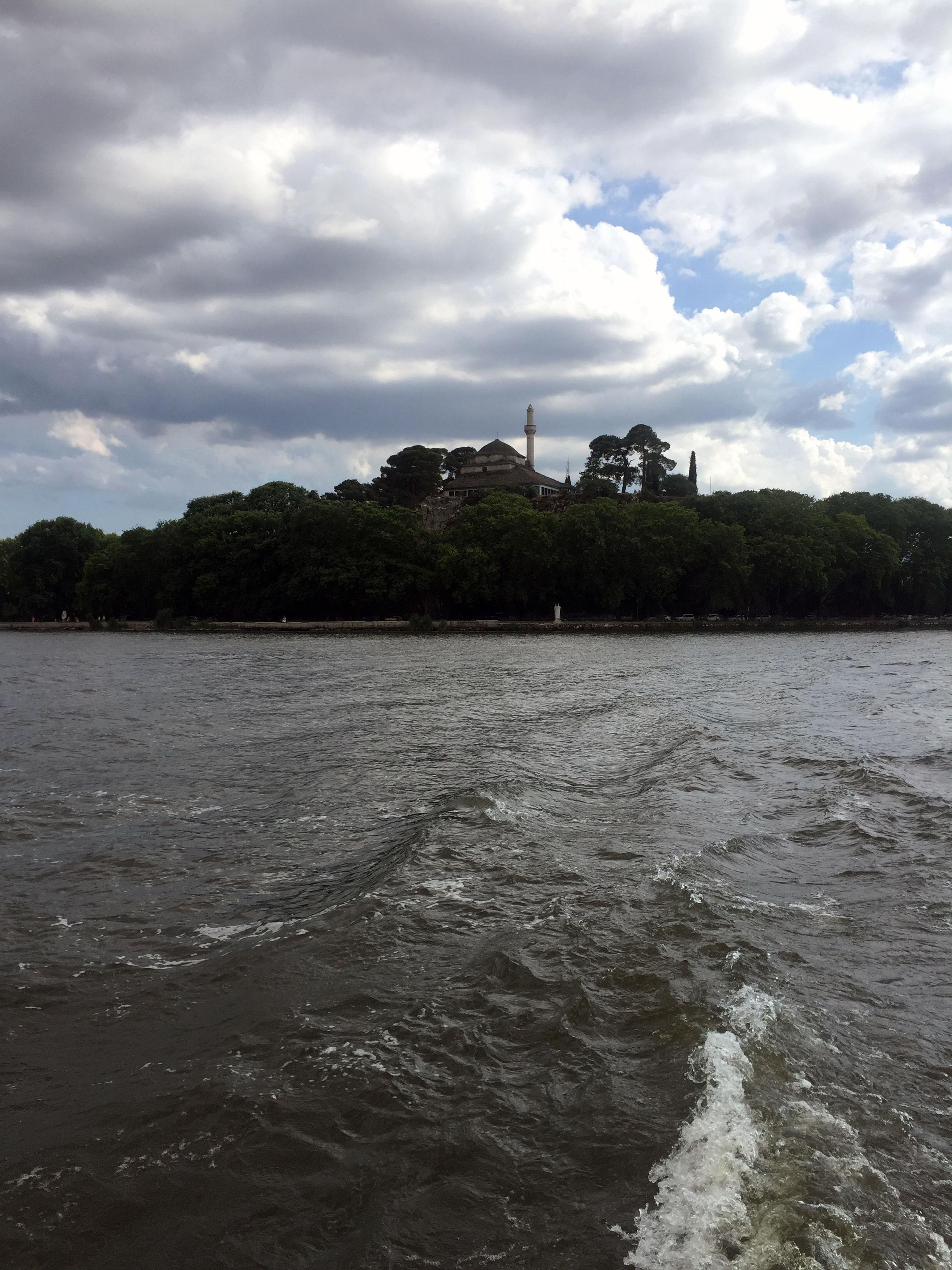 Το Φετιχιέ Τζαμί όπως φαίνεται από το πλοίο πηγαίνοντας στο νησάκι