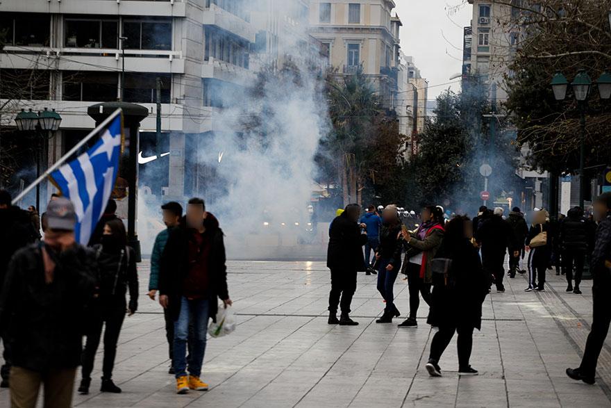 Ένταση την Κυριακή 14 Φεβρουαρίου 2021 στο Σύνταγμα, με αστυνομικούς να ρίχνουν δακρυγόνα σε διαδηλωτές κατά του lockdown και αρνητές της μάσκας